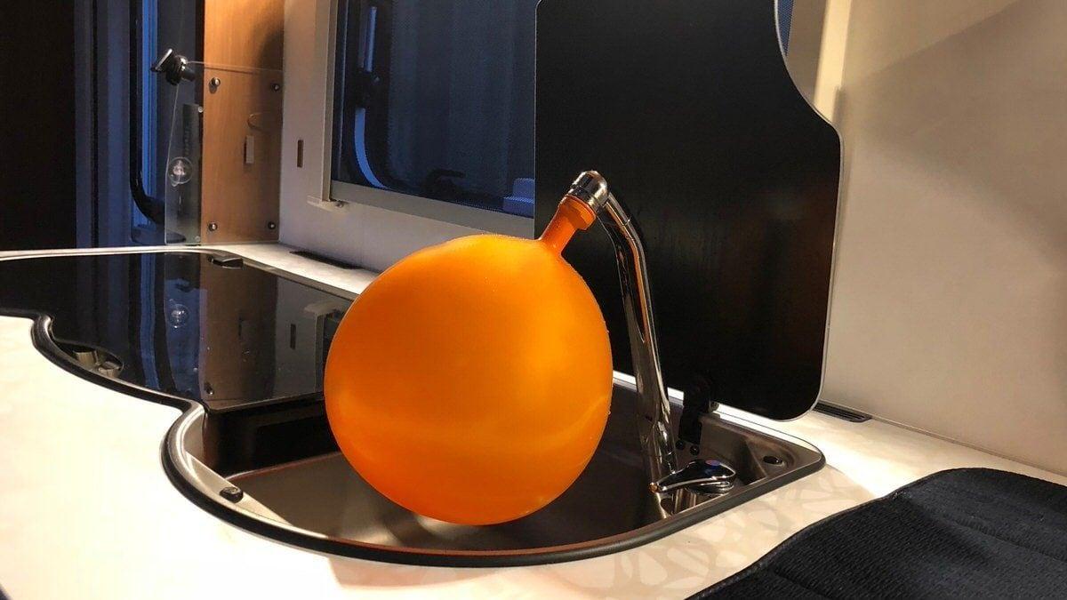 ein luftballon holt das restwasser aus den leitungen camping family. Black Bedroom Furniture Sets. Home Design Ideas
