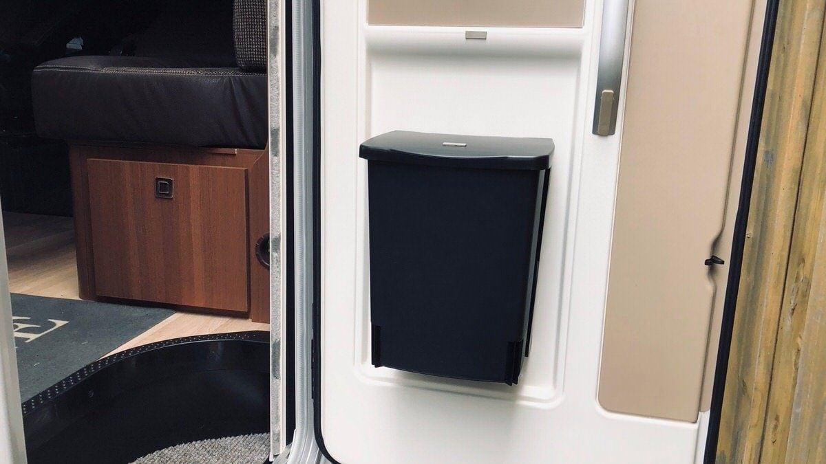Neuer Mülleimer für die Aufbautür vom LMC Explorer – Camping Family